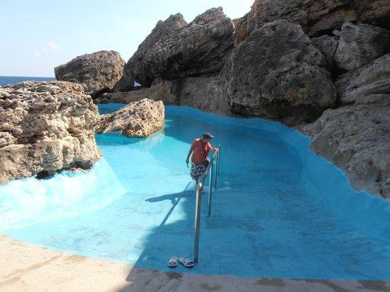 Gavimar La Mirada Club Resort : The rock pool a short walk away