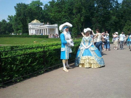 Peterhof, Russland: Петергоф-нижний парк-артисты в костюмах времен Петра 1