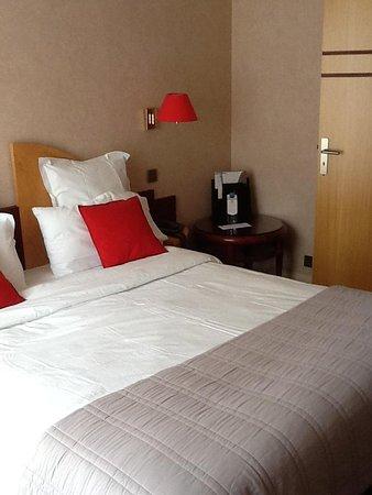 Best Western Poitiers Centre Le Grand Hotel: Bed plus corner