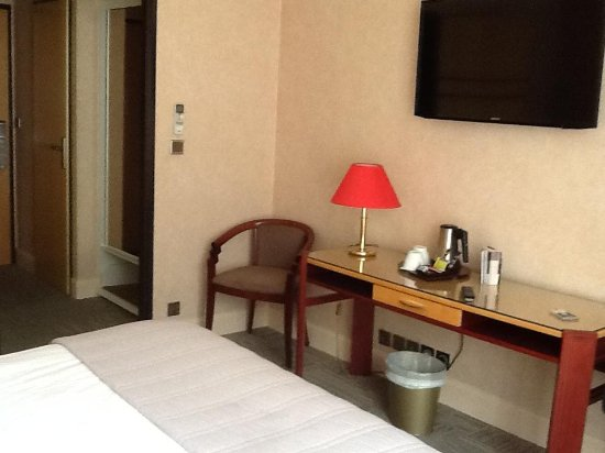 Best Western Poitiers Centre Le Grand Hotel: TV and desk
