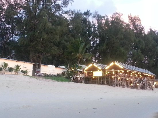 Outrigger Laguna Phuket Beach Resort : Restaurant on the beach