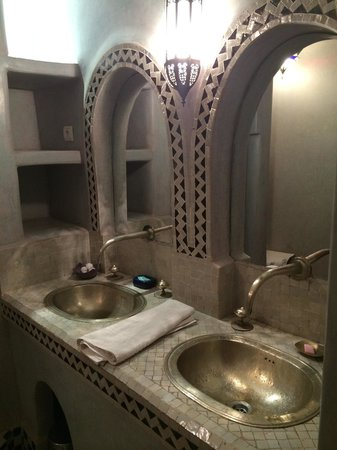 Riad Kenzo : His and hers sink of room bathroom