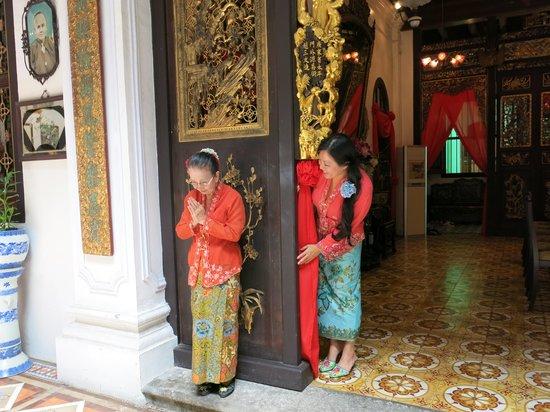 Georgetown, Malaisie : Nyonya peeking at Annie Lim praying