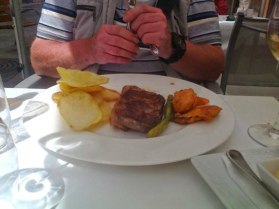 Restaurante Navarro: Steak, tempura veg and wonderful `chips`