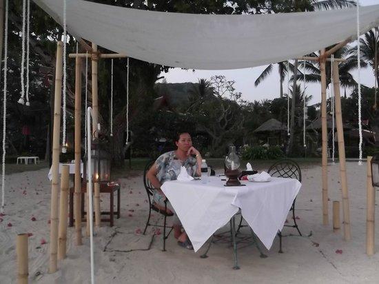 Thavorn Beach Village Resort & Spa: A private white-gloved waiter.