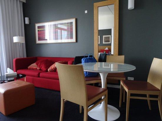 Adina Apartment Hotels Copenhagen: Dining table plus lounge aea