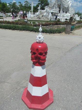 Wat Rong Khun : Permanent road cone at entrance