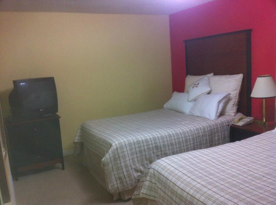 Three Diamond Inn : two double beds