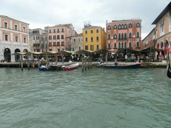 Gran Canal: Il mercato di Rialto dal Canale