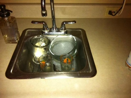 Garden Isle Guest Cottages: Dirty dishes left to soak by owner; No clean coffee cups for next morning.