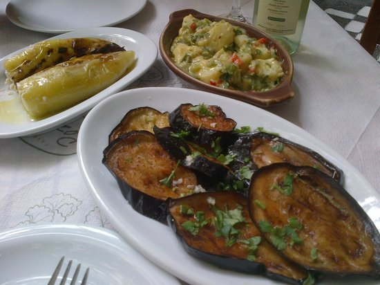 Rozalia : Los entrantes, pimientos rellenos de queso, ensalada de patatas y berenjenas