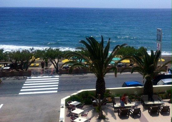Tylissos Beach Hotel: Вид из нашего номера на пляж отеля