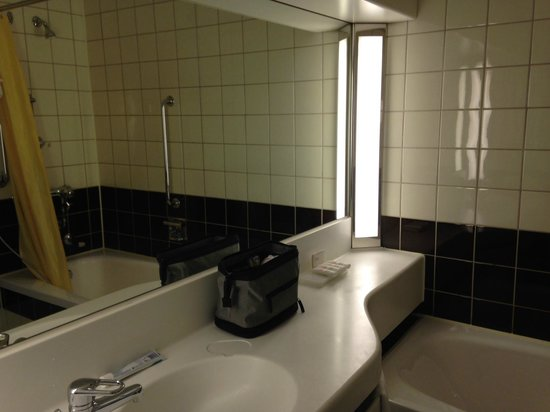 Radisson Blu Scandinavia Hotel: un-renovated bathroom on the 13th floor