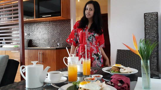 Jimbaran Cliffs Private Hotel & Spa : Our breakfast time in our room