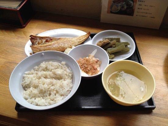 Abashiri Prison Museum: Bセット 米7麦3の麦飯と焼きホッケ、味噌汁と長芋の短冊にフキとコンニャクの煮物