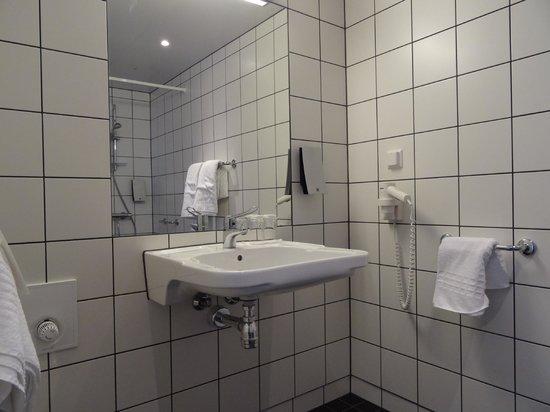 Thon Hotel Kirkenes: Wheelchair-accessible bathroom