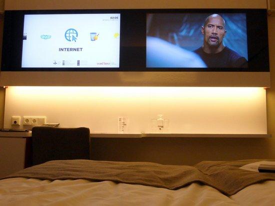 Dormero Hotel Hannover: Zwei Flachbild-Monitore für Internet und  TV