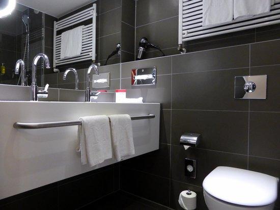 DORMERO Hotel Hannover: Badezimmer mit Naturstein