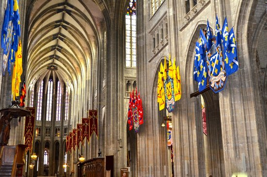 Cathédrale Sainte-Croix : Drapeaux