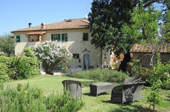 B&B A Casa di Lizzy: La casa di Lizzy e parte del giardino