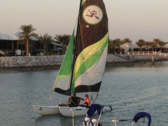 Hilton Al Hamra Beach & Golf Resort: Catamarano