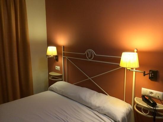 Hotel Murillo : habitación pequeña y con mesitas diminutas
