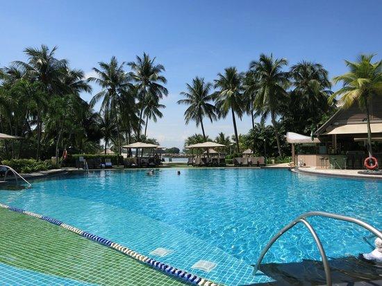 Shangri-La's Rasa Sentosa Resort & Spa: Pool area