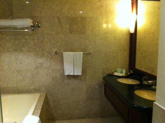 Berjaya Times Square Hotel, Kuala Lumpur : Bathroom and complimentary toiletries