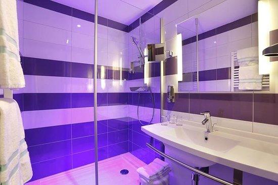 """Inter-Hotel Saint Martial : Salle de bains catégorie """"Superieur"""""""
