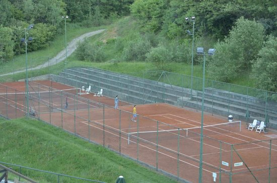 Country Club Hotel Babe: Tennis court