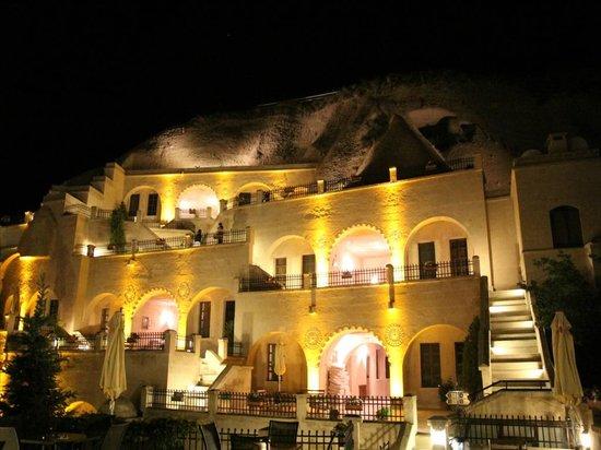 Alfina Hotel: 夜の外観