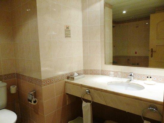 Pestana Village Garden Resort Aparthotel: spacious bathroom