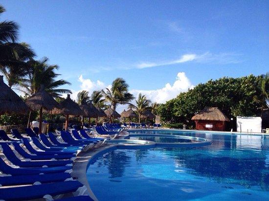 Grand Bahia Principe Tulum : The pool in the morning at Grand Bahia Tulum.