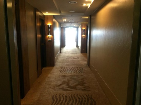 InterContinental Dusseldorf: Corridor at 9th floor