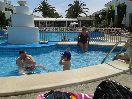 Cristina Apartments : round the pool..