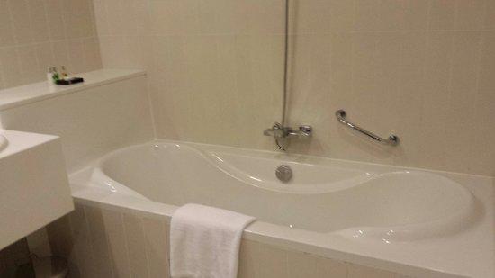 Millennium Airport Hotel Dubai : Huge bath...lovely