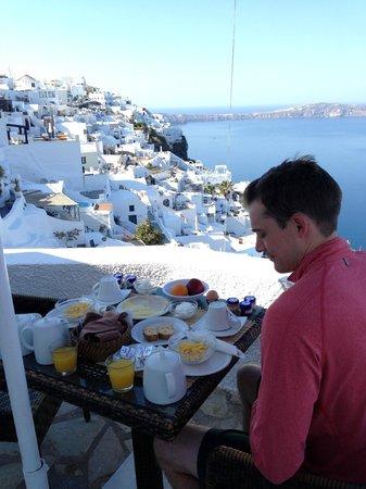 Nomikos Villas : Breakfast on the patio (room 1)
