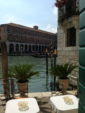 Al Ponte Antico Hotel: The hotel's entrance from the Grand Canal