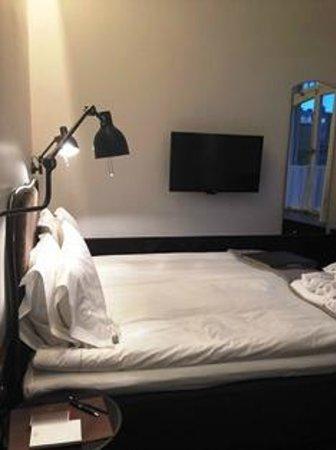 Miss Clara by Nobis : 部屋は狭いですがテレビは壁についていてコンパクトになっています