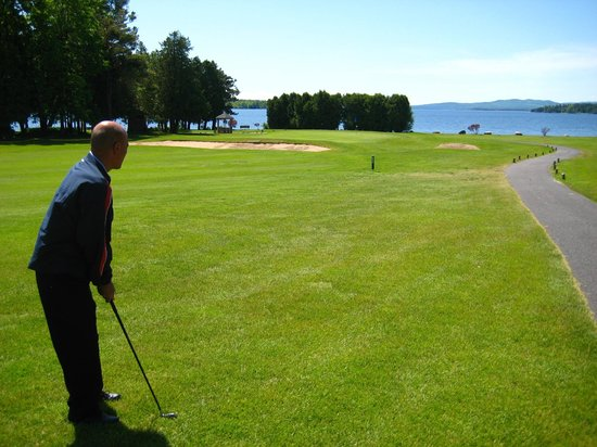 Bluff Point Golf Resort: Hole No. 4 leading down to Lake Champlain