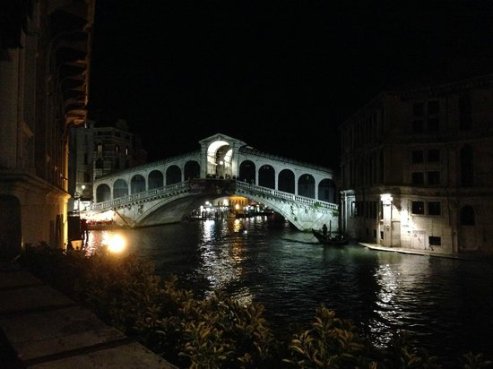 Al Ponte Antico Hotel: The breathtaking view from the hotel at night