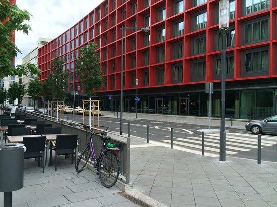 Mövenpick Hotel Frankfurt am Main City: view from the Road
