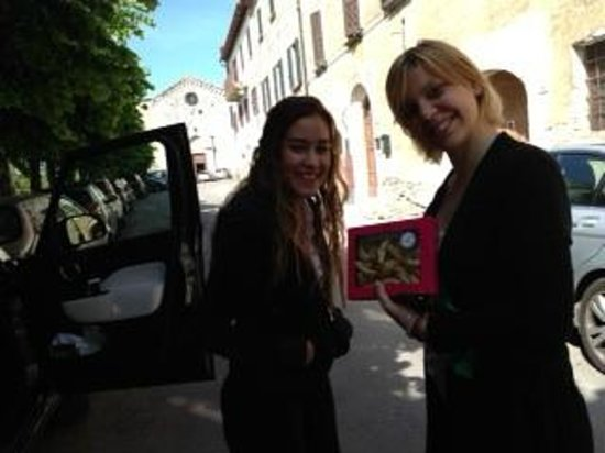 Il Tosco: Helena and Lara exchanging cookies