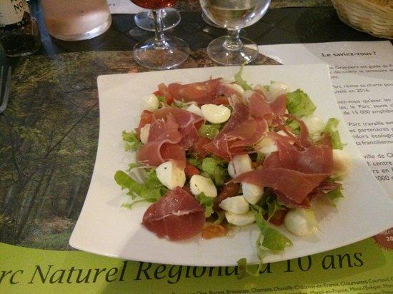 Au Pied de la Tour - Chez Les Filles: Salade italienne jambon mozza serrano tomate salade
