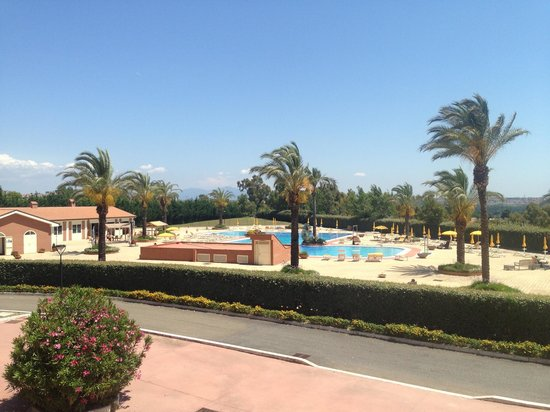 Rome Marriott Park Hotel: Swimming pool and relax area view