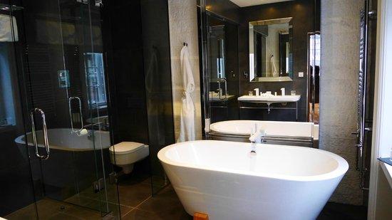 The Inn on the Mile: Stylish Bathroom