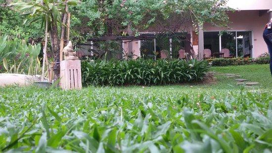 Sabai @ Kan Resort: สนามหญ้าริมสระ