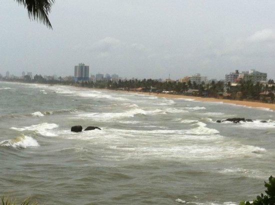 Mount Lavinia Hotel : Dashing waves of sea