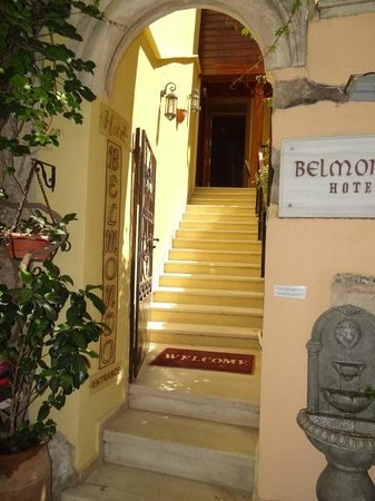 Hotel Belmondo: Entrance, right next to a really great Italian restaurant.