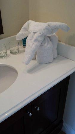 Kimpton Angler's Hotel: Pool Villa - Room 108: Towel animal surprises